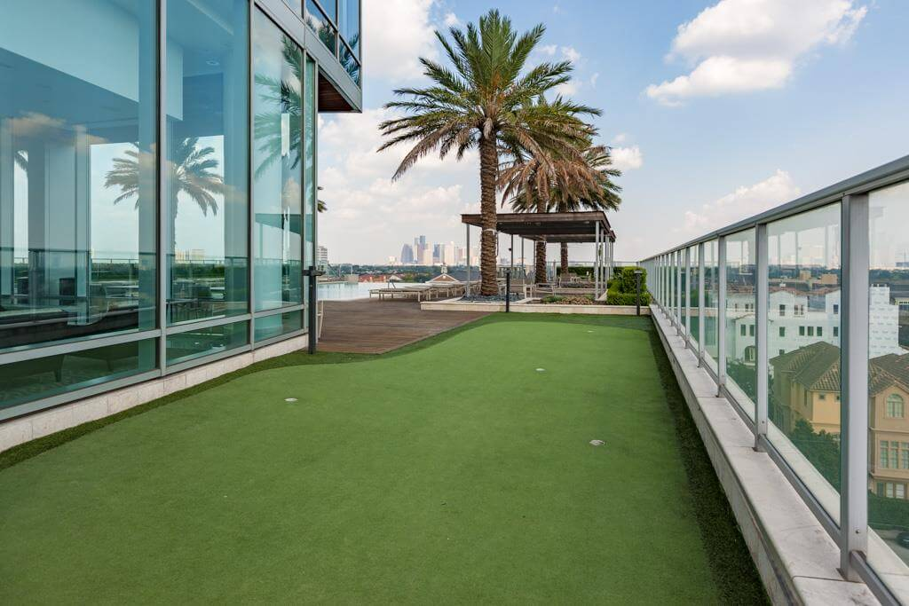 2727 Kirby condo amenities putting green